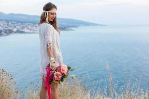 garota com um buquê de casamento estilo boho