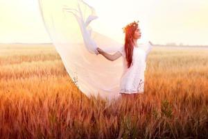 mujer en el campo de trigo
