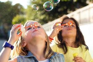 grupo de crianças se divertindo no parque.