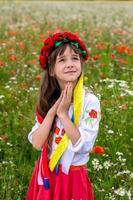 niña ucraniana reza por la paz