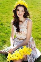 feliz niña sonriente con flores amarillas