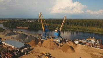 vista aerea: porto fluviale con gru e navi