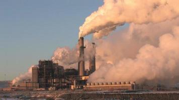 planta de energia closeup carvão poluição hd video