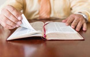 estudio bíblico por un hombre de dios o pastor foto