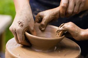 alfareros y manos de niños