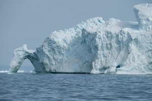 Gran iceberg flotando en la bahía de Disko, Groenlandia del norte