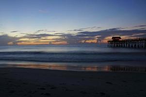 muelle de cocoa beach al amanecer foto