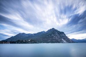 larga exposición en el lago de como foto