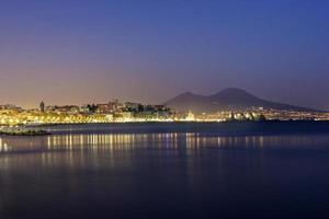 Puerto de Nápoles con el Vesubio al fondo