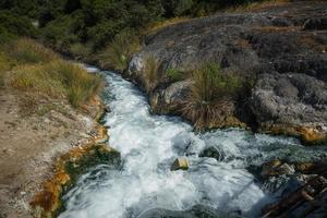 Pintorescas aguas termales en termopilas, Grecia