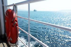 aro salvavidas colgado de las barras laterales del barco foto