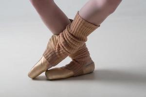 Primer plano de zapatillas de ballet bailando en pointe foto