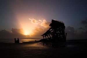 incrível pôr do sol sobre os destroços de um navio