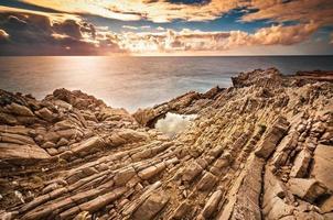 a costa da Sicília ao pôr do sol