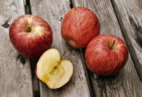 manzanas rojas en la mesa de madera