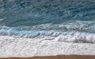 ola de mar sobre arena