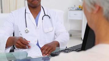 médico e seu paciente apertando as mãos