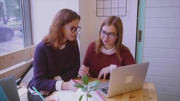 estudantes universitárias estudam no café duas amigas aprendendo juntas