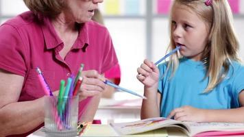 Lehrer hilft dem Kindergartenschüler