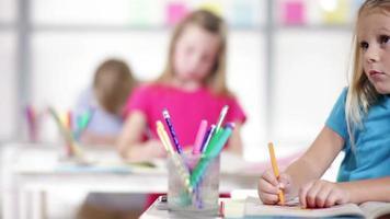 niña de jardín de infantes trabajando en clase