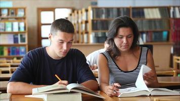 étudiants dans la bibliothèque 1