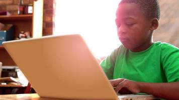 ragazzino utilizzando laptop in aula
