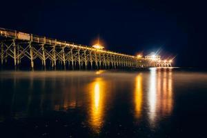 o cais de pesca à noite, em loucura beach, carolina do sul.