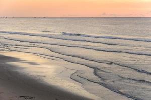puesta de sol en la playa de tailandia foto