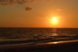 amanecer en la playa foto