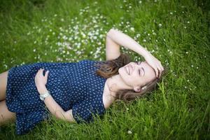 niña sonriente, acostado, en, pasto verde foto