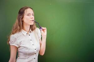 Bonita profesora o estudiante con gafas en el aula, Universidad foto