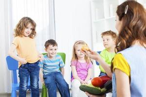 crianças aprendendo sobre vegetais.