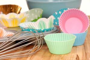 variedad de revestimientos para cupcakes con batidor de alambre foto