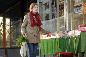 comprador responsable usando una bolsa de supermercado reutilizable foto