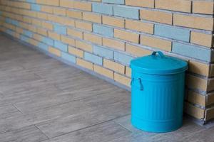 papelera de reciclaje azul