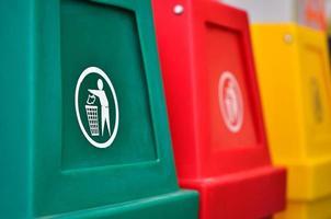 contenedores de reciclaje de colores o papelera foto
