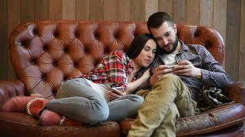 mulher e homem usando aplicativo interessante no smartphone video