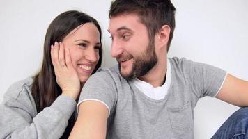 jovem casal lindo conversando com amigos em vídeo