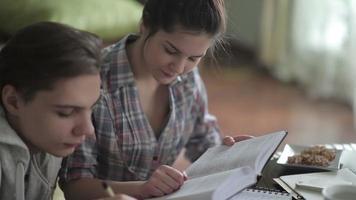 os alunos leem cuidadosamente o tutorial. video