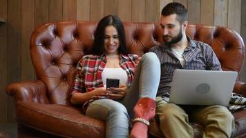 mulher e homem usando aplicativo interessante no smartphone