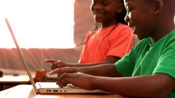 piccoli alunni utilizzando laptop in classe