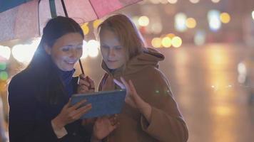 amici che utilizzano tablet pc all'aperto