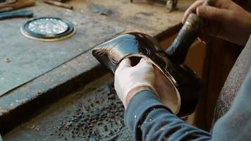 il produttore di zoccoli sta dipingendo uno zoccolo