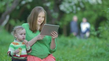 donna incinta e suo figlio con tablet pc