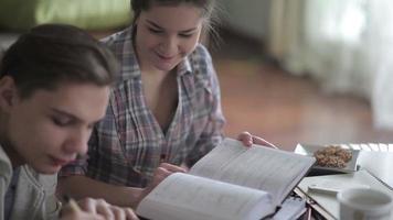 lo studente scrive una sinossi. video