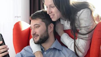 Paar sieht Videos auf dem Smartphone