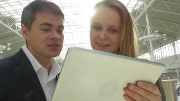 amigos que usan tablet pc en lugar público