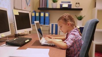 kleines Mädchen, das am Laptop arbeitet. Full HD Video