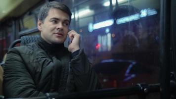 uomo che parla al telefono in autobus video