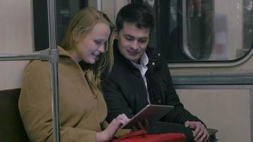 Pareja con tablet pc en transporte público